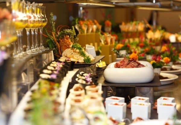 Шведский стол ресторана Emerald