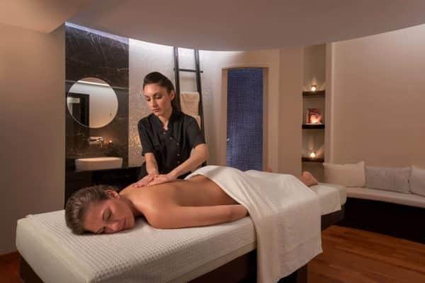 Комната массажа для пар в спа-салоне Serenity