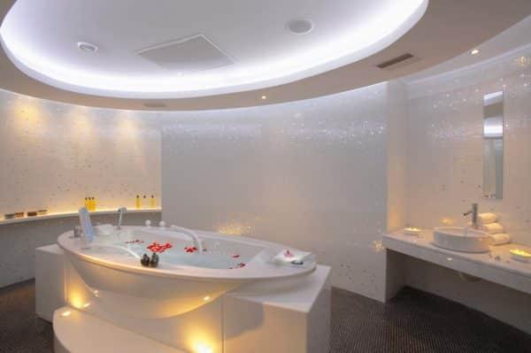 Комната гидротерапии в спа-салоне Serenity